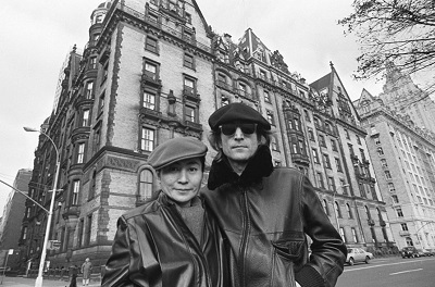 John_&_Yoko_at_Dakota_House