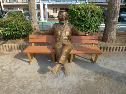 20120107・銅像4・ベンチの両さん