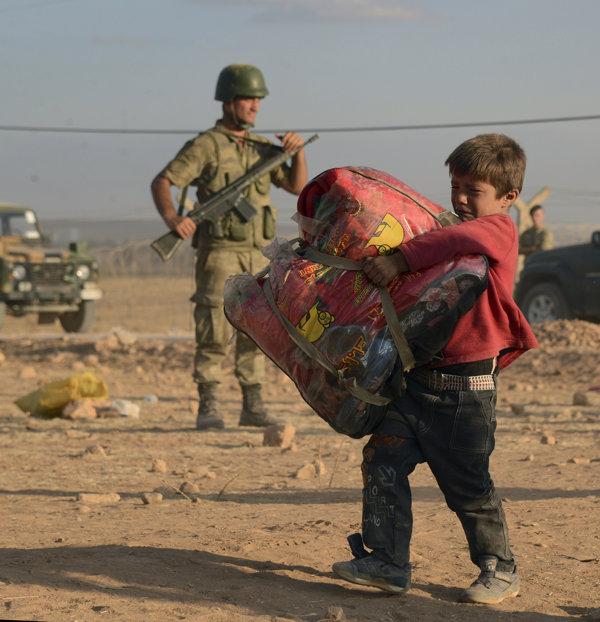 シリア爆撃(3月頃のシリア難民とトルコ兵士)image