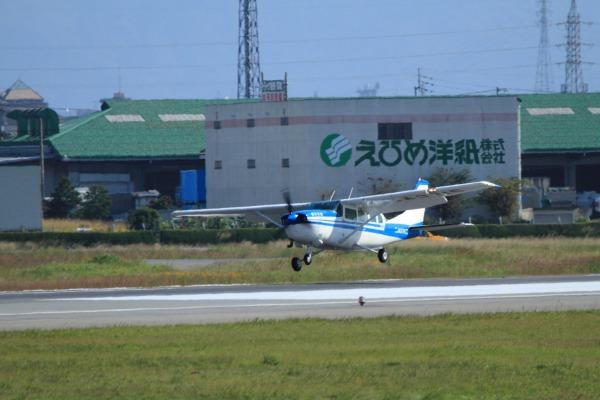 朝日航空 Cessna T207 JA3715 RJOM 131028 01