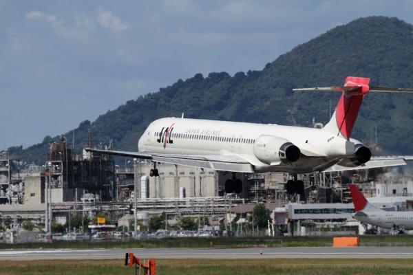 JAL MD90-30 JA004D RJOM 101010 014