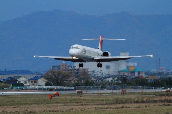 JAL MD90-30 JA005D RJOM 111211 02