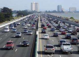 渋滞を防ぐためには車間距離を40mあけるとか言う学者がいるけど