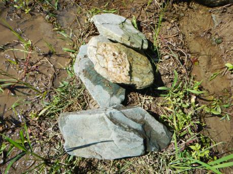 田の水路補修用の石