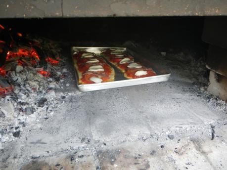アンチョビとモッツァレラチーズピザ窯入れ