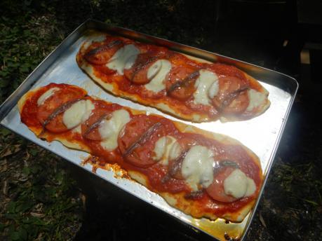 アンチョビとモッツァレラチーズピザ焼きあがり