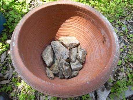 中庭ポッド2:川石を入れる