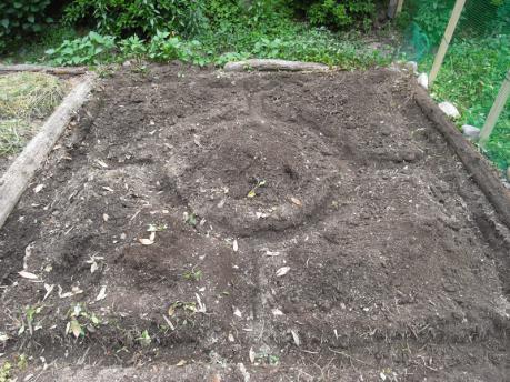 曼荼羅ガーデン4:クワで溝を掘る