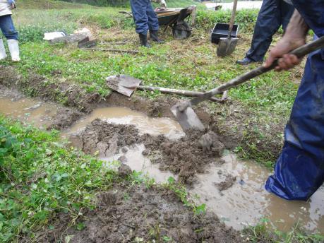 畔塗り3:土をクワで練る