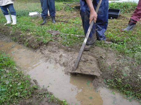 畔塗り5:土を削った斜面へ寄せる