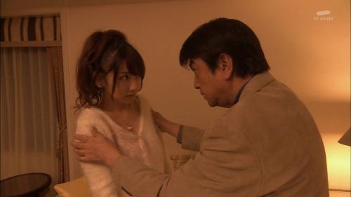 AKB48柏木由紀がオッサンに太ももを触られスカートの中に手を入れられる4