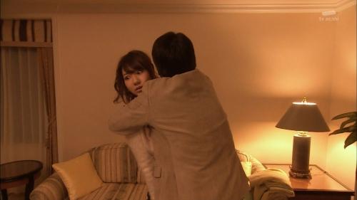 AKB48柏木由紀がオッサンに太ももを触られスカートの中に手を入れられる3