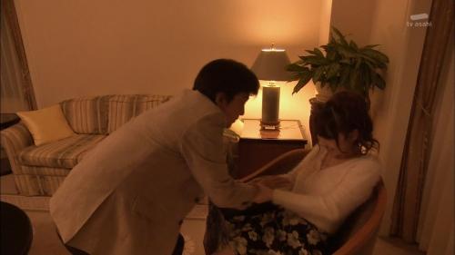 AKB48柏木由紀がオッサンに太ももを触られスカートの中に手を入れられる2