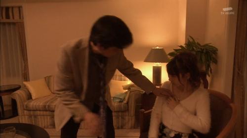 AKB48柏木由紀がオッサンに太ももを触られスカートの中に手を入れられる1
