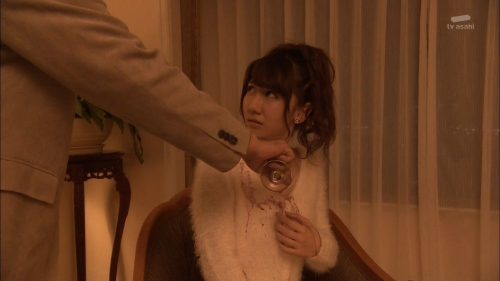 AKB48柏木由紀がオッサンに太ももを触られスカートの中に手を入れられる9