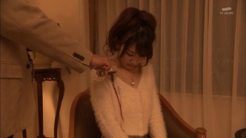 AKB48柏木由紀がオッサンに太ももを触られスカートの中に手を入れられる8