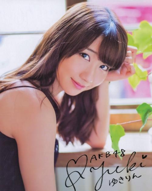 AKB48柏木由紀がオッサンに太ももを触られスカートの中に手を入れられる23