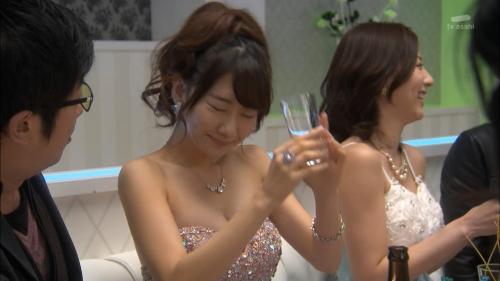 AKB48柏木由紀がオッサンに太ももを触られスカートの中に手を入れられる25