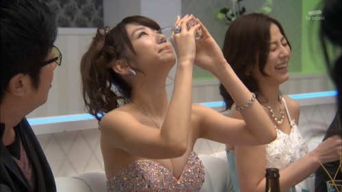 AKB48柏木由紀がオッサンに太ももを触られスカートの中に手を入れられる24