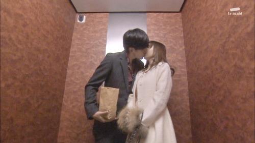 AKB48柏木由紀がオッサンに太ももを触られスカートの中に手を入れられる29