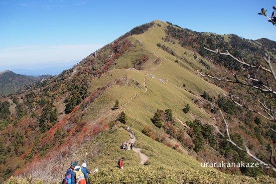 稜線から剣山を望む