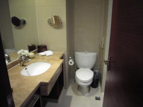 右にバスルーム