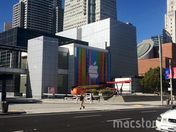 iPhone 5、iPad Mini、iMacなどの発表に向け会場をカラフルに装飾中 in サンフランシスコ1