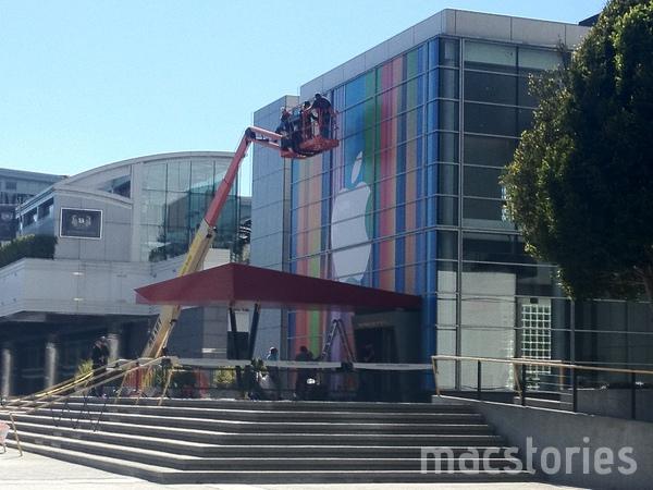 iPhone 5、iPad Mini、iMacなどの発表に向け会場をカラフルに装飾中 in サンフランシスコ3