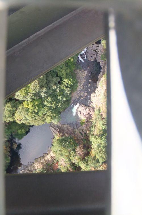 吊り橋下の渓流