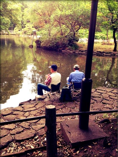 有栖川公園で釣りとしゃれ込むご隠居2人!