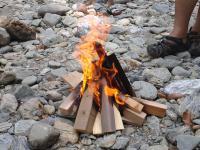 川で焚き火