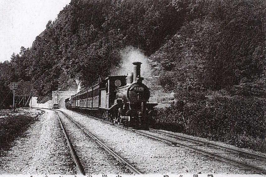 大崩海岸を走る蒸気機関車 :明治末期