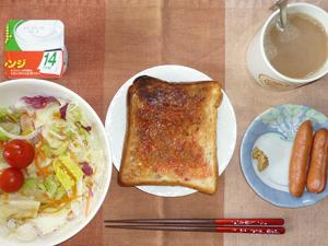 イチゴジャムトースト,ソーセージ×2,サラダ,ヨーグルト,コーヒー