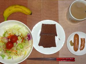 チョコレートケーキ,ソーセージ,サラダ,バナナ,コーヒー