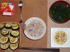 胚芽押麦入り五穀米,納豆,茄子と玉葱の焼き野菜,ほうれん草のおみそ汁,ヨーグルト