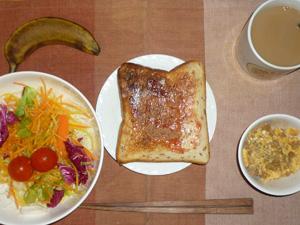 イチゴジャムトースト,ひき肉入りスクランブルエッグ,バナナ,コーヒー