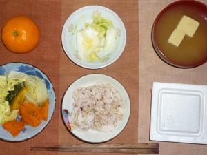 胚芽押麦入り五穀米,納豆,温野菜(ニンジン,カボチャ,玉葱,キャベツ),白菜の漬物,高野豆腐のおみそ汁,みかん