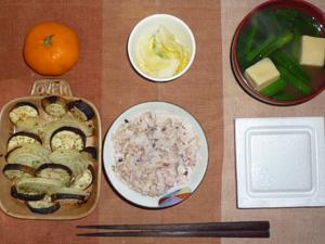胚芽押麦入り五穀米,納豆,茄子と玉葱の焼き物,白菜の漬物,ほうれん草と高野豆腐のおみそ汁,みかん