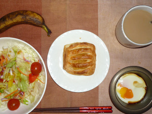 アップルパイ,サラダ,目玉焼き,バナナ,コーヒー