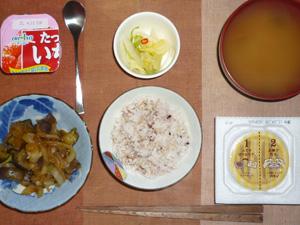 胚芽押麦入り五穀米,納豆,茄子と玉ねぎの炒め物,白菜の漬物,もやしのおみそ汁,ヨーグルト
