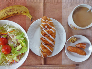 シュガーロール,サラダ,ソーセージ,バナナ,コーヒー