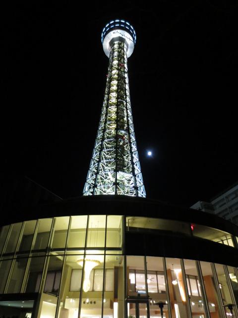 2013年の初日の出を待つ、横浜マリンタワー