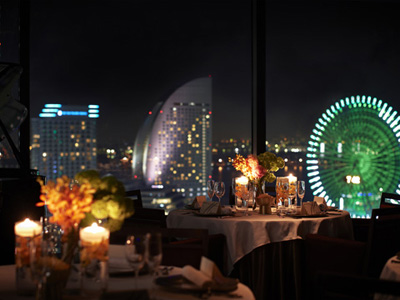 横浜モノリス 窓から見下ろすみなとみらいの夜景