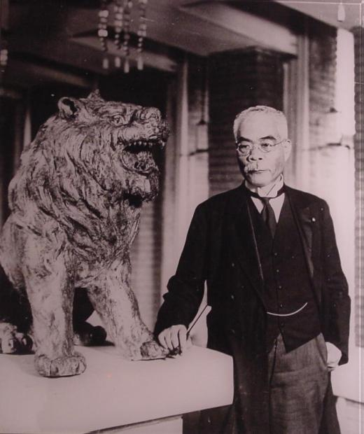 Osachi_Hamaguchi_and_lion.jpg