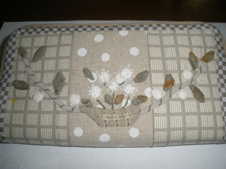 長財布に縫いつけました。