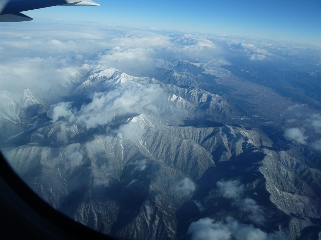 平地が広がっているが急峻な山々がすぐ迫っている_4