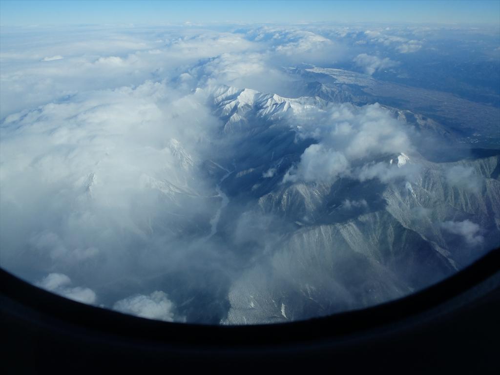 平地が広がっているが急峻な山々がすぐ迫っている_6