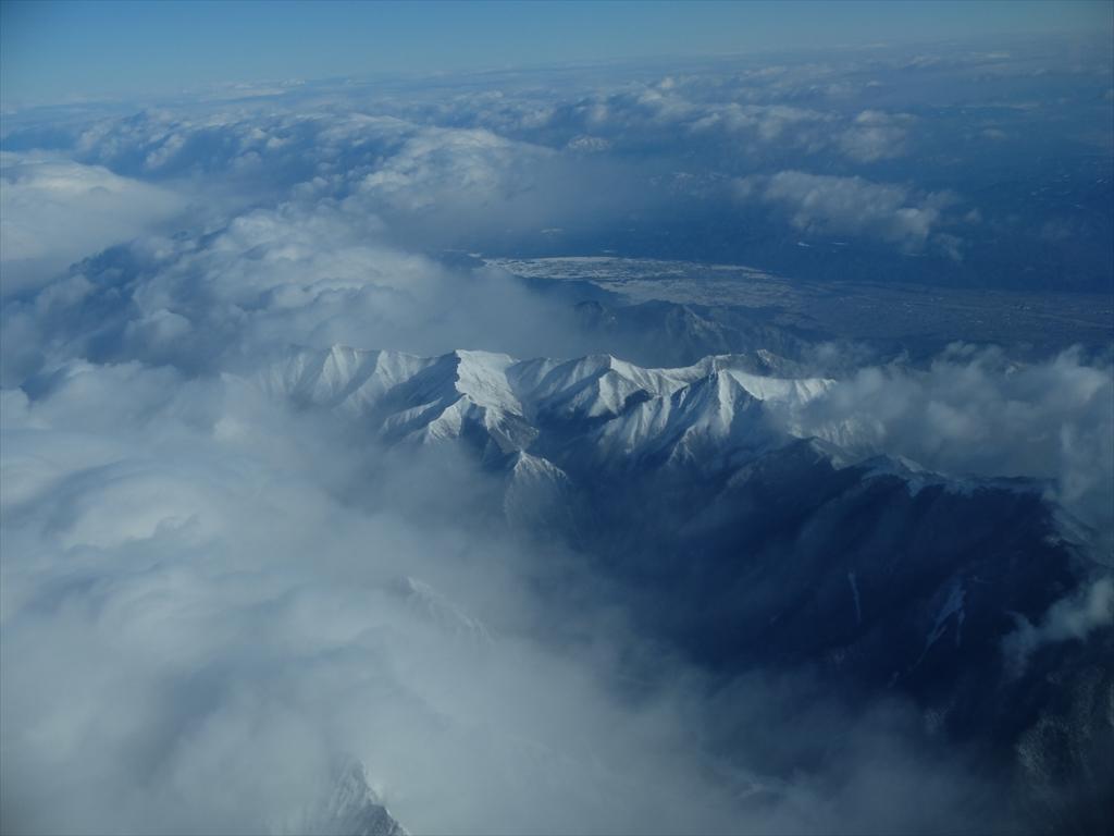 平地が広がっているが急峻な山々がすぐ迫っている_8
