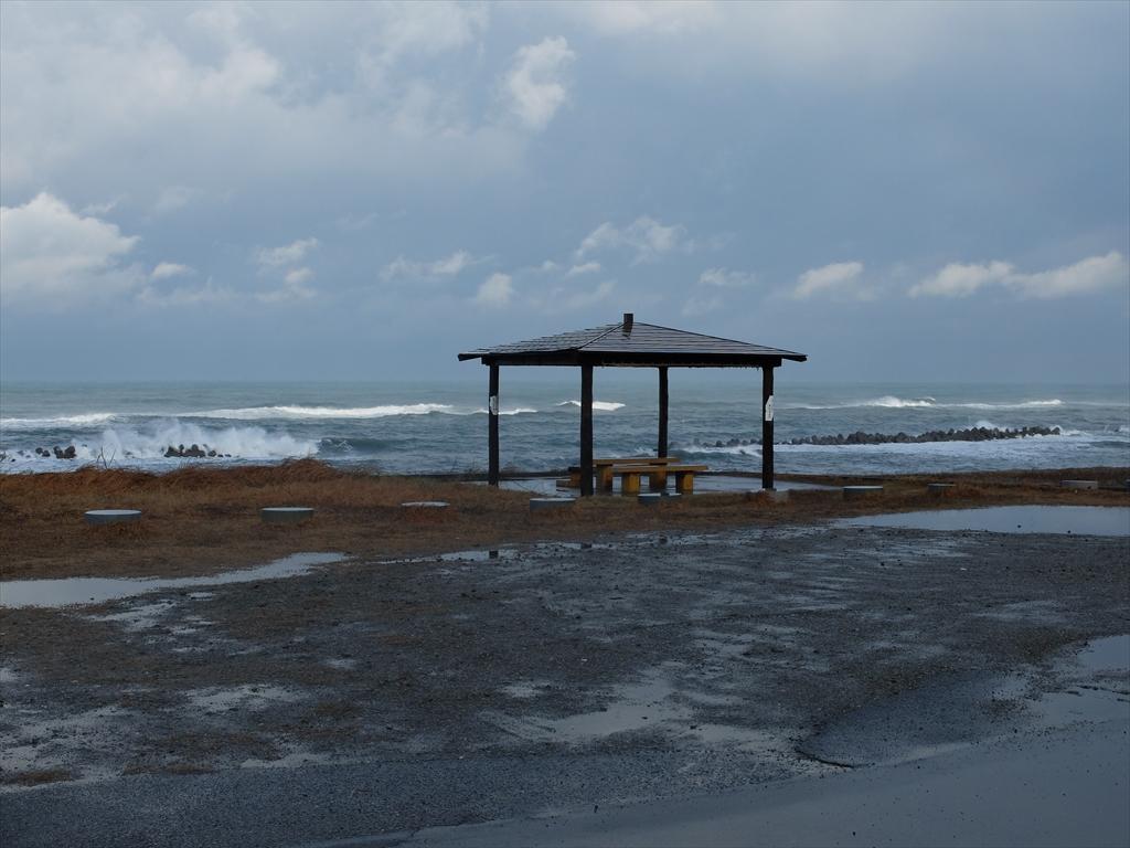 安宅関の前の荒い日本海