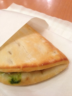 ドトールコーヒーショップ カルツォーネ 厚切りベーコン&チーズ ~ほうれん草ソース~